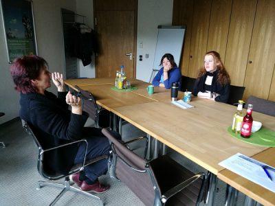 Johanna Bienentreu (li.) diskutierte mit unseren Besucherinnen. Foto: A. Hauser